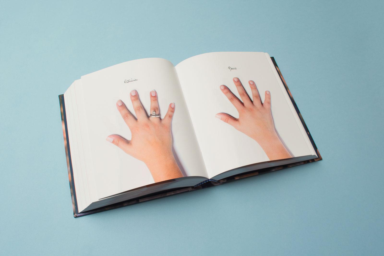 """Dupla de páginas do """"livro de mãos"""" da FLMA, exibindo as mãos de 2 alunos"""