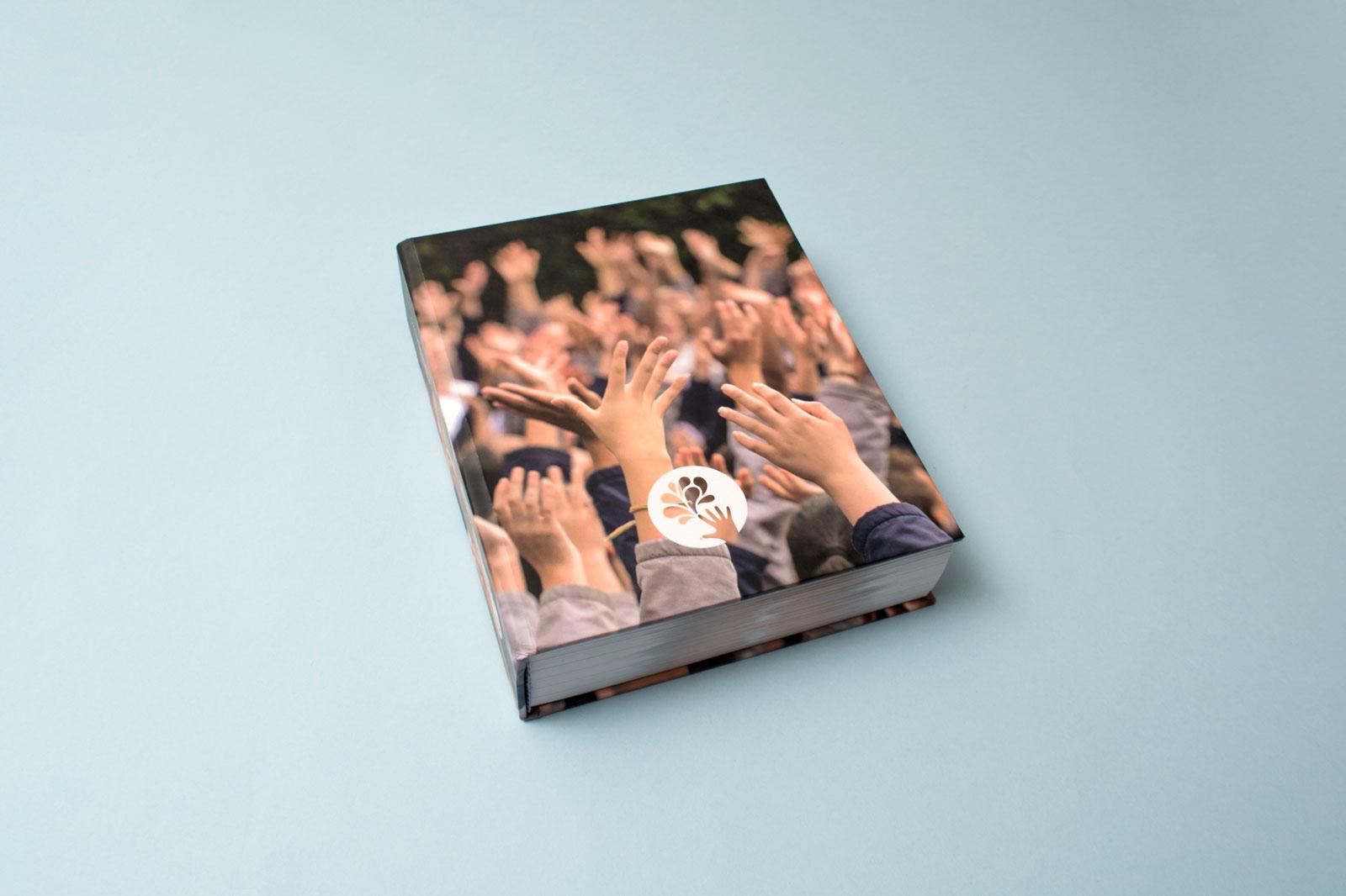 """Capa do """"livro de mãos"""" da FLMA"""