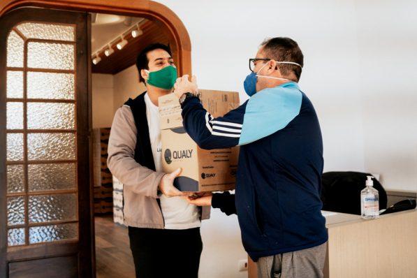 Colaboradores da Fundação Lia Maria Aguiar entregam cestas básicas para familiares de crianças e jovens atendidos pela instituição.